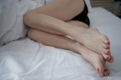 preview-red-nails-on-bed